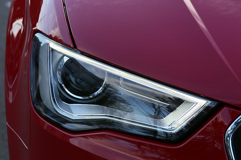 ヘッドライトは全車で「キセノンプラスヘッドライト」を採用。白色LEDのスモールライトも標準装備。ターンシグナルランプは電球だ