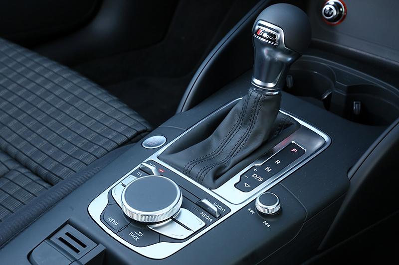 シフトレバーとMMIのコントローラー。エンジンスタートボタンは左側にある