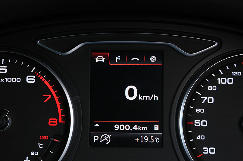 メーター中央のディスプレイには、速度計をはじめ、オーディオ、Bluetooth接続の携帯電話、方角などさまざまな情報が表示可能