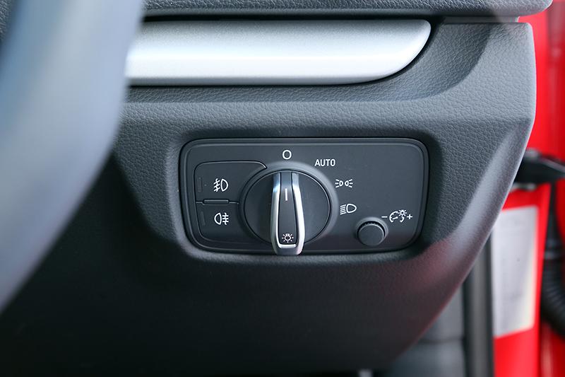 ヘッドライトのダイヤル式スイッチをステアリングホイールの右側に用意。フォグライトのスイッチはダイヤルから独立して設置されている