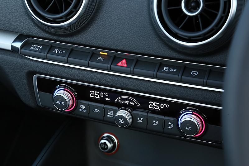エアコン操作部分と、その上にはハザードスイッチやリアビューカメラなどの操作ボタンなどが並ぶ