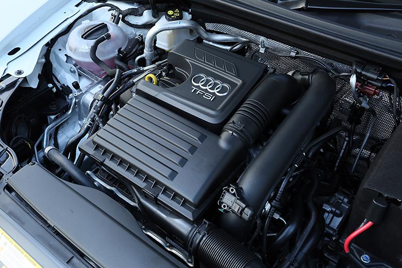 ターボチャージャー付きの直列4気筒DOHC 1.4リッターエンジンは、90kW(122PS)/200Nm(20.4kgm)を発生。CODグレードと違って気筒休止システムは未搭載