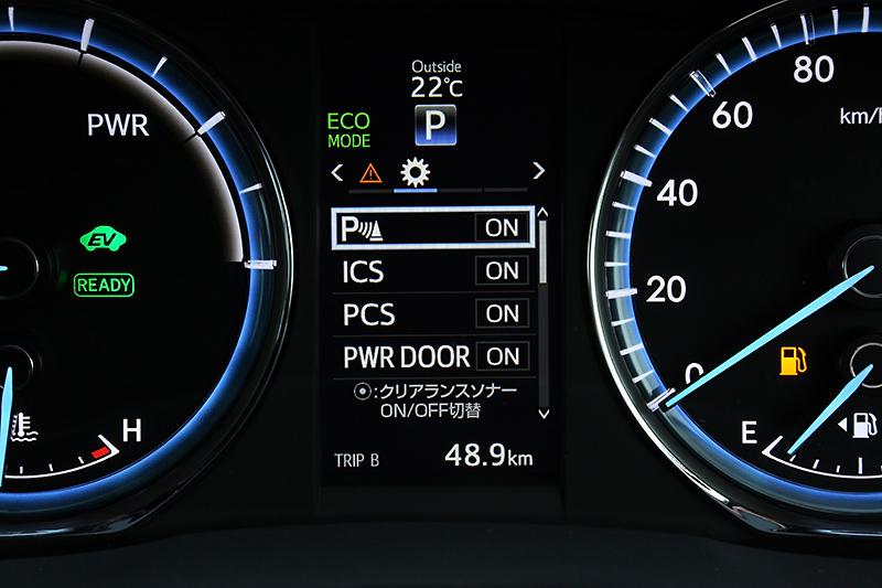 2眼式メーターは中央に液晶ディスプレイを配置。さまざまな情報を見やすく表示する