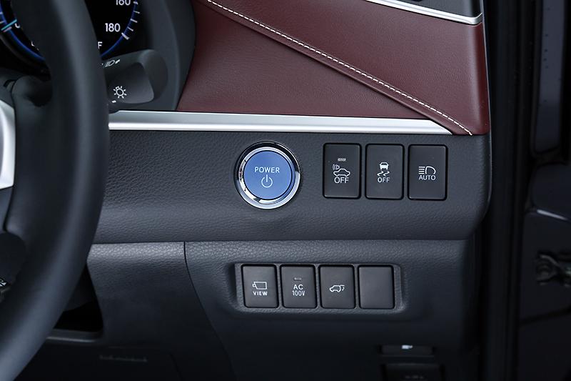 トヨタのハイブリッドモデルで一般的なブルーのパワースイッチ