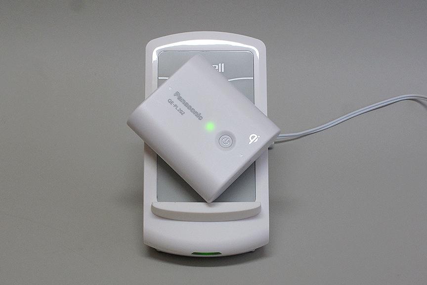 Qi規格に準拠したデバイスなら、当たり前だがメーカーが違っていても充電できる。試しにナナメに置いてみても、コイルのカバー範囲内なら問題なく動作した