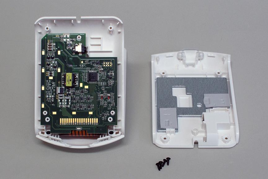 底面部分には基板のほかに、放熱板を兼ねたバランスウエイトが収められている。分解内蔵する際は、放熱にも配慮が必要か