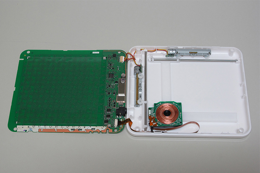 こちらは以前ヴェルファイアに分解搭載したコイル移動式の充電パッド。どこに置いても自動追従してくれるのと、複数機器を順番に充電できるメリットがあるが、その分本体サイズは大きくなっている