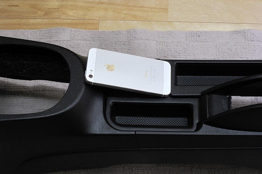 スイッチ化粧パネル部分は、モバイルバッテリーを置くには最適そうなスペース。だが、スマートフォンは置けず、サイドブレーキに近すぎて運転操作にも悪影響が出そうなのでこれまた却下