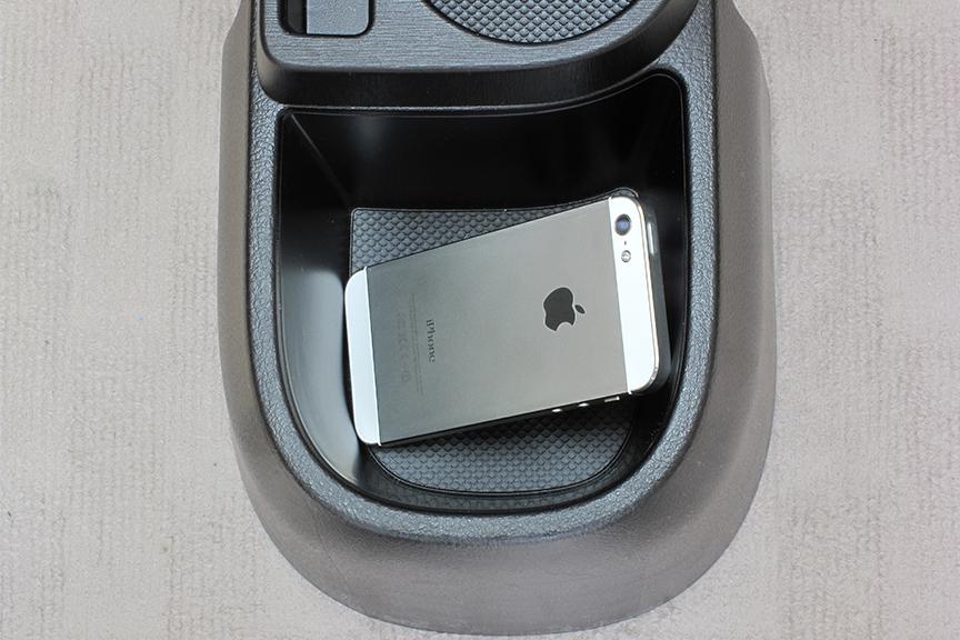 頼みの綱の、後席側小物入れ。モバイルバッテリー置き場には最適!だが、やはりスマートフォンは納まらず