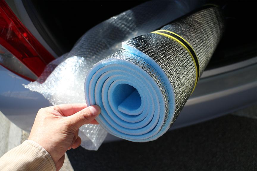 断熱性に優れたキャンプマットは、若干の防音性能はあるものの伸縮性に欠ける。車中泊の際に窓をふさぐのには最適かも