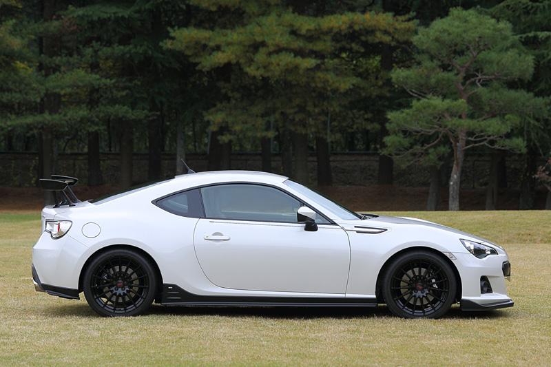 BRZ tS GT Package。STI製の「スカートリップ」「サイドアンダースポイラー」「リアサイドアンダースポイラー」などをオプション装着。ボディーカラーはサテンホワイト・パール