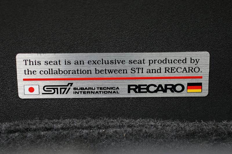 レカロとSTIが共同開発したことを示すプレートをサイドサポート外側に設置