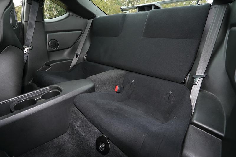 リアシート。2シーター的なイメージを強調するため後席はあえて目立たないデザインとなっている