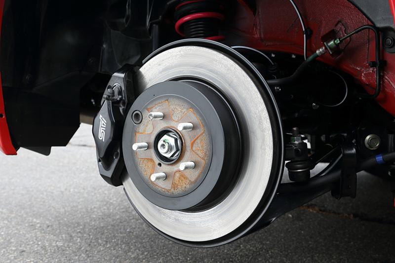 リアに装着されるブレンボ製17インチ対向2ピストンリアベンチレーテッドディスクブレーキ