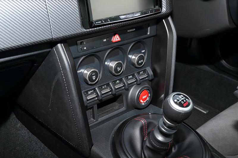 BRZでシルバー加飾となっていたセンターコンソールやシフトパネル、ドアグリップ、エアベントグリルなどはダークキャストメタリックに変更された