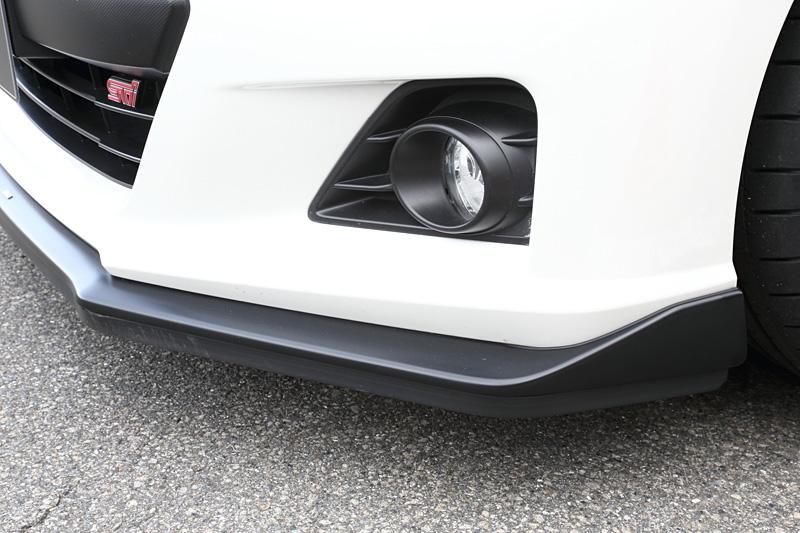 標準装備のフロントアンダースポイラーの下にオプションのスカートリップを追加