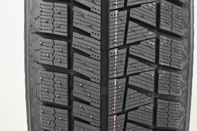 昨シーズンまで主力商品だったREVO GZのトレッドパターン。非対称パターンで、左がイン側、右がアウト側。VRXにつながるパターンもあるが、VRXとREVO GZではパターンの作り込みにおいて、細かな差があるのが分かる