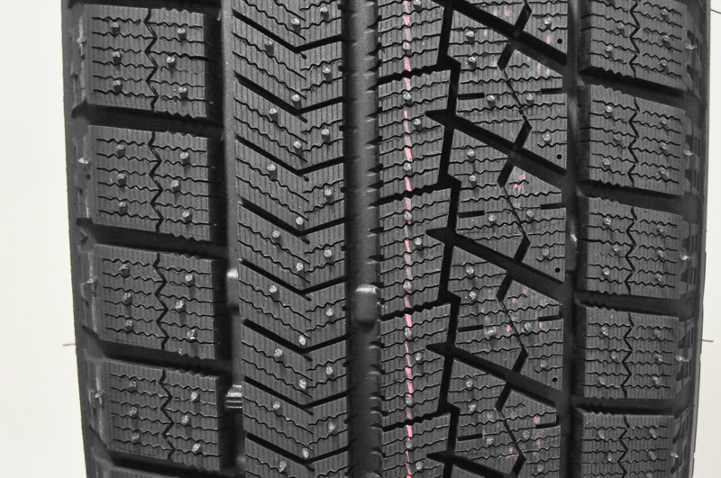 ブリザック VRXのトレッドパターン。ブリヂストンの最新の知見が詰め込まれた造形となる。非対称パターンを採用し、左がイン側で、右がアウト側