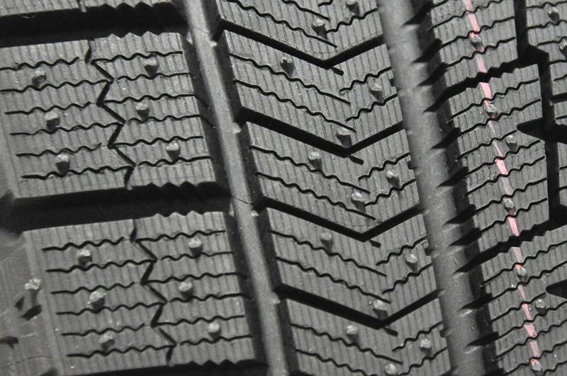 イン側のパターン。V字状に組み合わされたブロックが目につく。イン側のパターンは直進時に大きく影響する