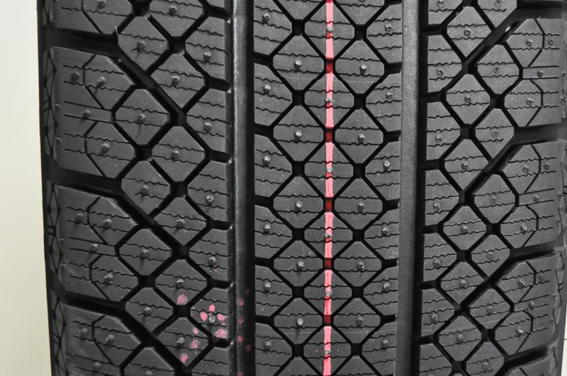 昨シーズンにブリヂストンが限定投入した氷上特化型のSI-12。回転方向指定ありの対称パターンだ。REVO GZやVRXとまったく異なる設計思想のもとに作られ、八角形のブロックを敷き詰めた「オクタゴンパタン」を採用する。コンパウンドは、アクティブ発泡ゴムとして、その技術がVRXに活かされた