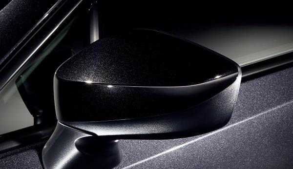 エクステリアではブラック塗装のSTI製17インチアルミホイール、電動格納式リモコンドアミラーを採用