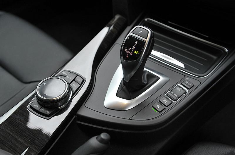 ブラックでまとめられた428i クーペ Luxuryのインテリア。ダコタ・レザー・シートやマルチファンクション・スポーツ・レザー・ステアリングを標準装備。シフトレバー右側に配置される「iDrive コントローラー」は、従来の機能に加えスマートフォンのような指先での操作に対応
