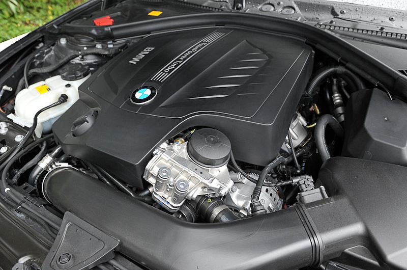 435i クーペの直列6気筒DOHC 3.0リッターツインパワーターボエンジンは、最高出力225kW(306PS)/5800rpm、最大トルク400Nm(40.8kgm)/1200-5000rpmを発生