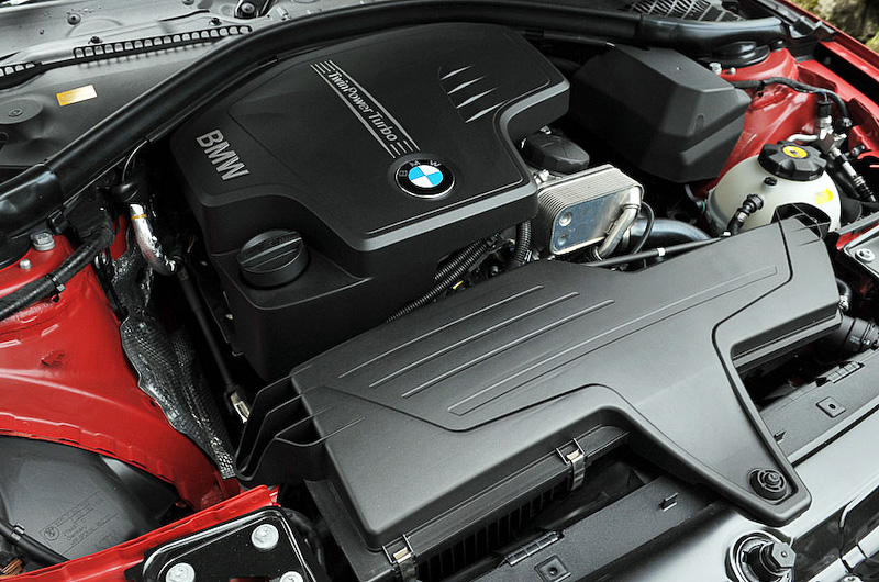 428i クーペの直列4気筒DOHC 2.0リッターツインパワーターボエンジンは最高出力180kW(245PS)/5000rpm、最大トルク350Nm(35.7kgm)/1250-4800rpmを発生
