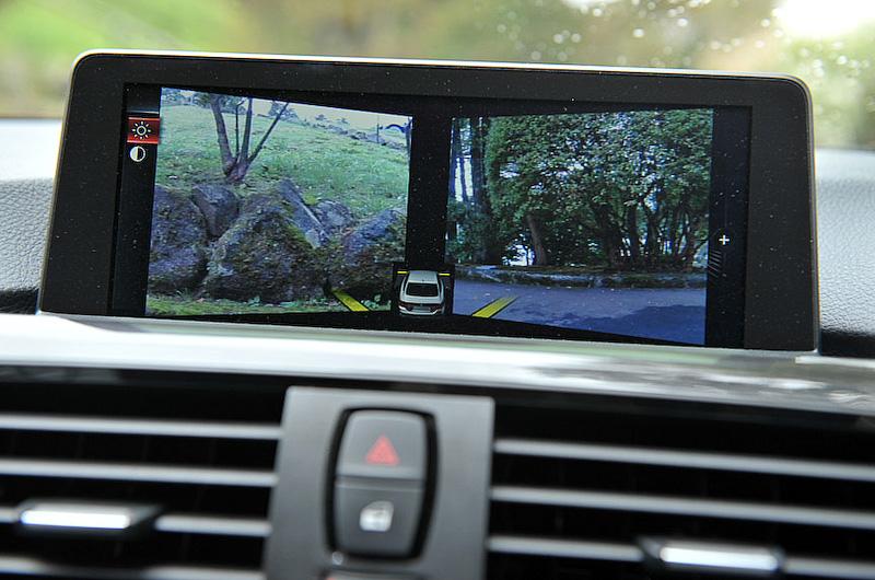 8.8インチワイドコントロールディスプレイはカーナビの地図に加え、車両周辺を真上から見た画像を合成して表示することが可能。またPDC(パーク・ディスタンス・コントロール)を備え、車両の前方/後方にある障害物との距離を、信号音とともにコントロールディスプレイでの表示によりアナウンスする