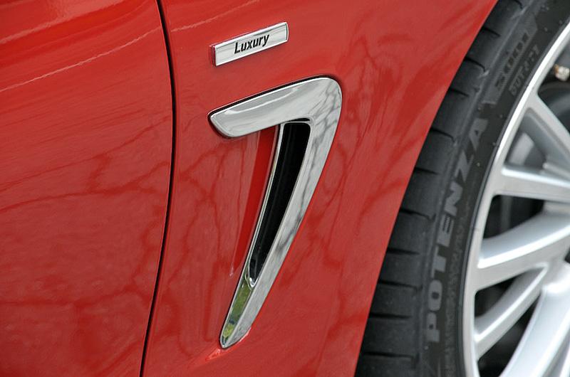 フロントタイヤの後方に、ホイール周辺で発生する乱気流を低減させる「エア・ブリーザー」を標準装備