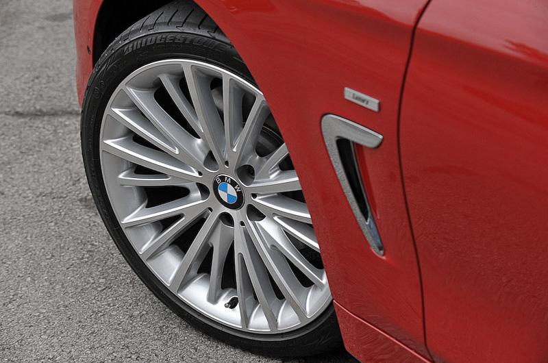 ホイールは19インチで、ブリヂストンのランフラットタイヤ「ポテンザ S001(タイヤサイズ:フロント225/40 R19、リア255/35 R19)」を装着