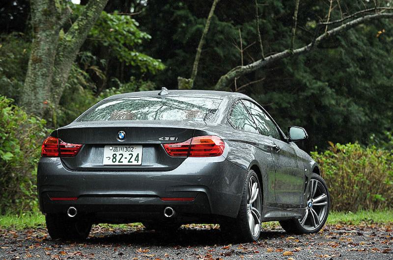 撮影車は435i クーペ M Sport。直列6気筒DOHC 3.0リッターツインパワーターボエンジンを搭載する。ボディーカラーはミネラル・グレー。ダイナミックなスタイリングを強調するMエアロダイナミクス・パッケージやMスポーツ・サスペンションなど、BMW M社が開発したパーツを多数装備する