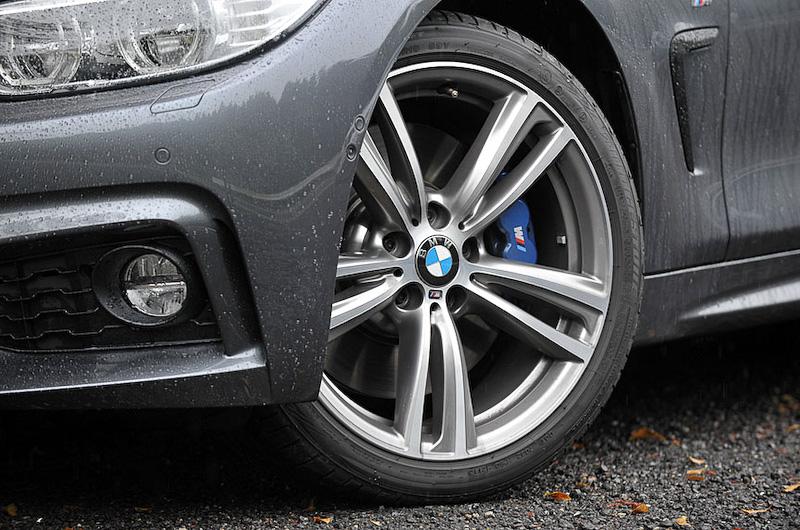 ダブルスポークの19インチホイールに、428i クーペ Luxuryと同様にブリヂストンのランフラットタイヤ「ポテンザ S001」を装着。サイズも変わらない