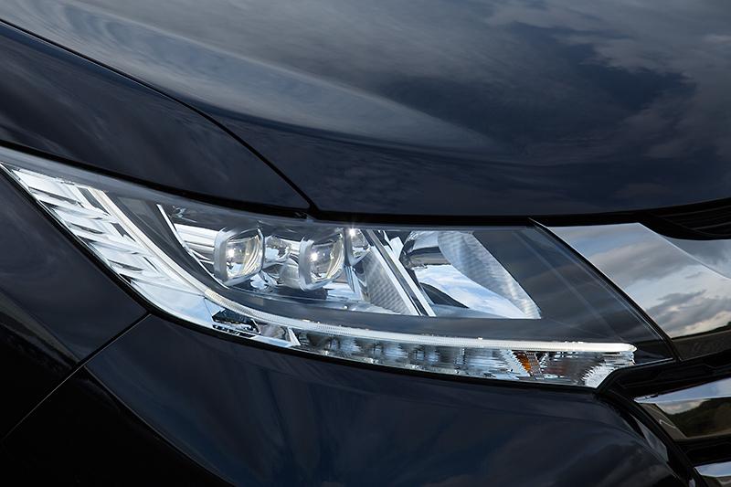 アブソルートはLEDヘッドライトが標準。EXグレードにはパッケージオプションでオートレベリング、オートライト機能を用意