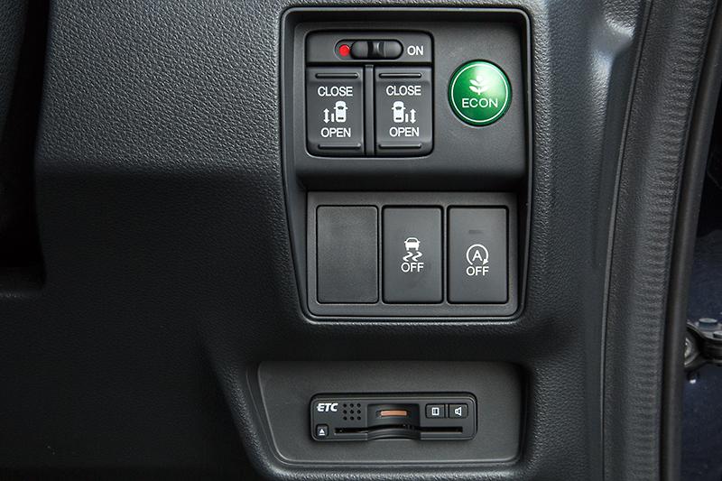 ステアリングコラム右側のスイッチパネル。EXグレードのスライドドアは左右とも電動タイプが標準となる