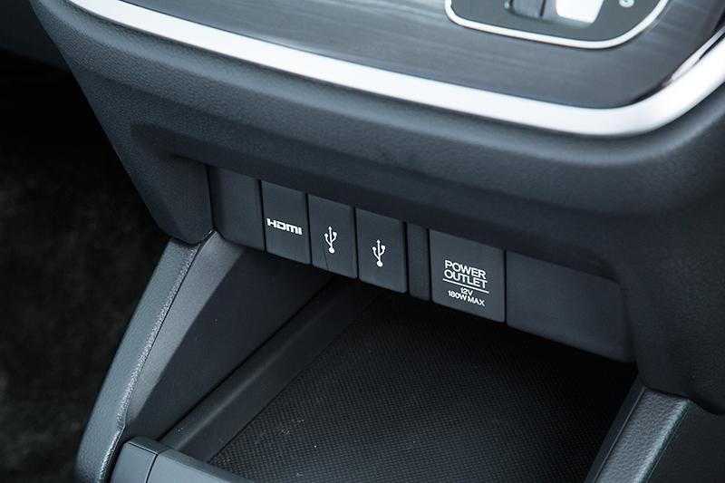 インパネ下部にはHDMIとUSB×2、DC12Vソケットを配置