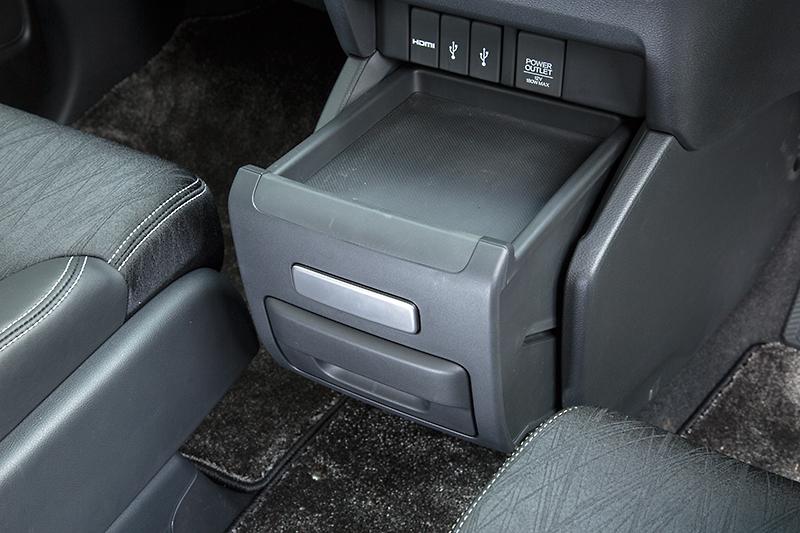 未使用時は足もとを広く、引き出すことで手が届きやすい位置にセットすることが可能