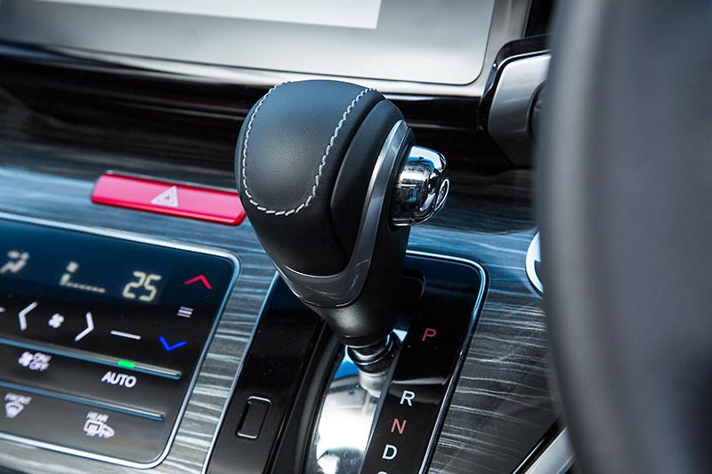 全車に装着可能な本革セレクトノブ
