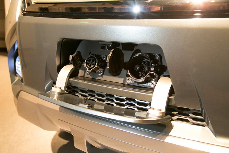 フロントマスクの上方で両サイドのフェンダーに向けて伸びているのはデイタイムランニングランプ。ヘッドライトはバンパープロテクター内に埋め込むスタイルとしている。給電ポートはフロントバンパー下側に設置