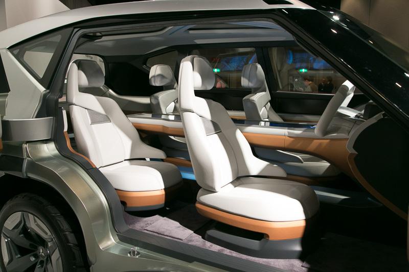 Bピラーレスで観音開きスタイルのドアを採用。4人乗りのシートは完全に分割されたタイプとなる。リアドアはフェンダーと一体型で、泥汚れなどでボディーが汚れていても乗員が乗り降りするときに着衣を汚さずにすむよう配慮されている