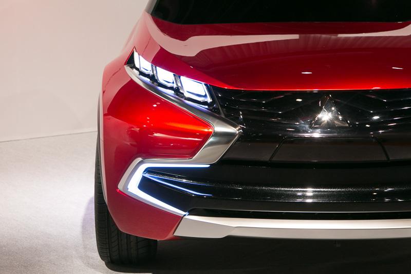 フェンダーまで回りこむよう配置されたヘッドライトは、車体の動きにフレキシブルに対応する「アダプティブヘッドライト」となっている。Aピラーは内部のラダー構造を外部から見えるようにして、骨格の強靭さをアピールする。ルーフにはソーラーパネルを内蔵
