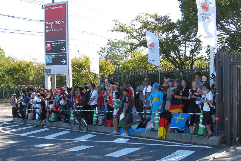 スポーツゲートの入り口にはファンが集まっていた
