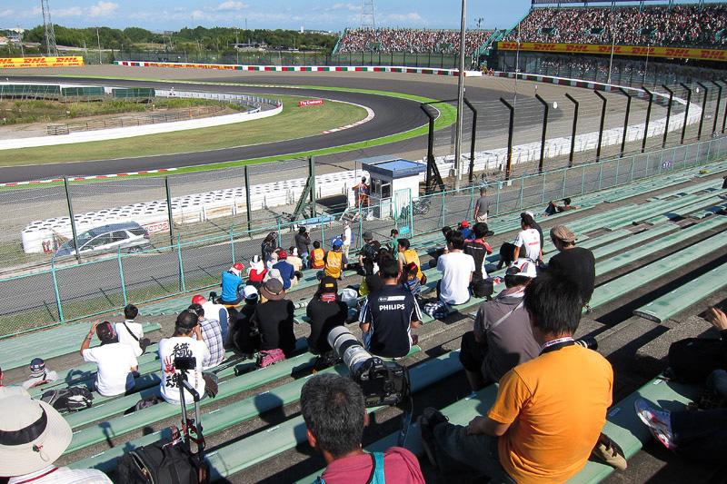 2コーナーを撮る定番ポイントは金網の切れ目に合わせて斜めにカメラマンが集まっていた。その左右は空いている