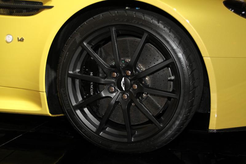 V12ヴァンテージSは新エンジンのV型12気筒DOHC 6.0リッター「AM28」を搭載。最高出力は421kW(573PS)/6750rpm、最大トルクは620Nm/5750rpm。また、車重が15kg軽くなるとともに、トランスミッションは7速セミAT「7速スポーツシフトIII」を採用する