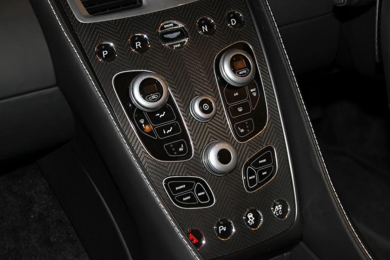 ヴァンキッシュ ヴォランテは自然吸気のV型12気筒DOHC 6.0リッター「AM11」エンジンを搭載。最高出力は573PS/6750rpm、最大トルクは620Nm/5500rpm