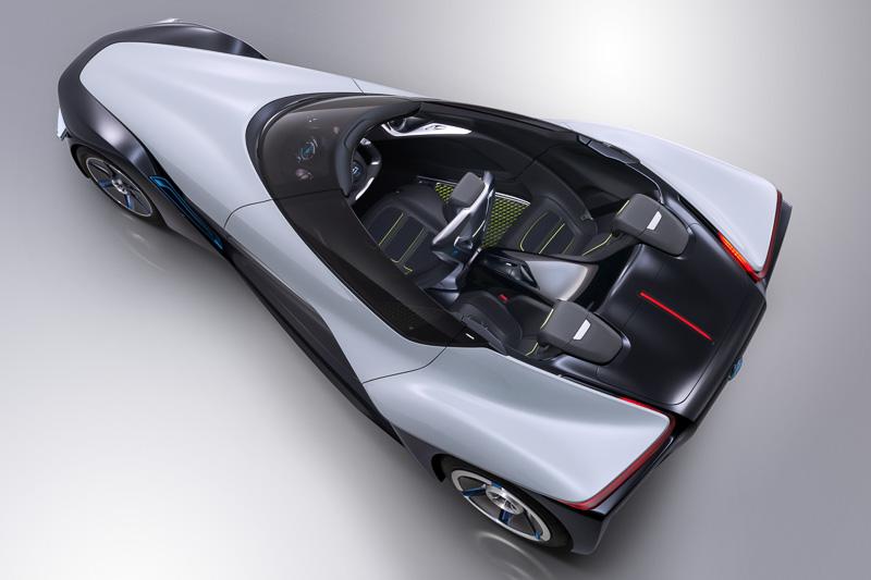 """全幅が前輪部分で1000mm、後輪部分で1890mmという特徴的なデルタシェイプボディーを持つブレイドグライダー。航空力学の応用でボディーをウイングのように扱い、後輪のインホイールモーターで旋回力を派生させるという発想で、大空を舞うような""""グライディング走行""""を実現する"""