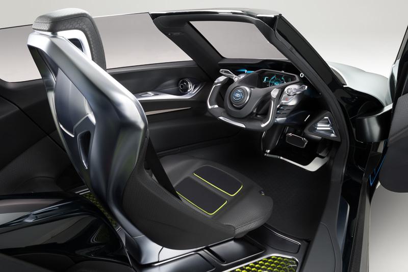 シート表皮にも軽量素材を使用。オープントップのボディーもグライダー感覚を演出する