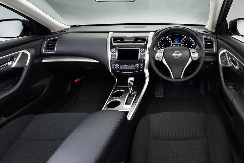 気品を感じさせながらも広がり感と包まれ感を融合させるというインテリアのコンセプト。メーターパネル中央に設置される4インチカラーディスプレイ「アドバンスド・ドライブアシスト・ディスプレイ」には、カーナビや音響機器の情報に加え、安全装備の作動状況、ECOメーターといった車両情報も表示