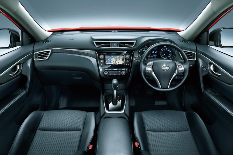 幾何学パターンの「ジオメタリカルフィニッシャー」のほか、クローム&シルバー加飾などを使って高い質感を表現。日本投入モデルのガソリン車は全車CVT仕様