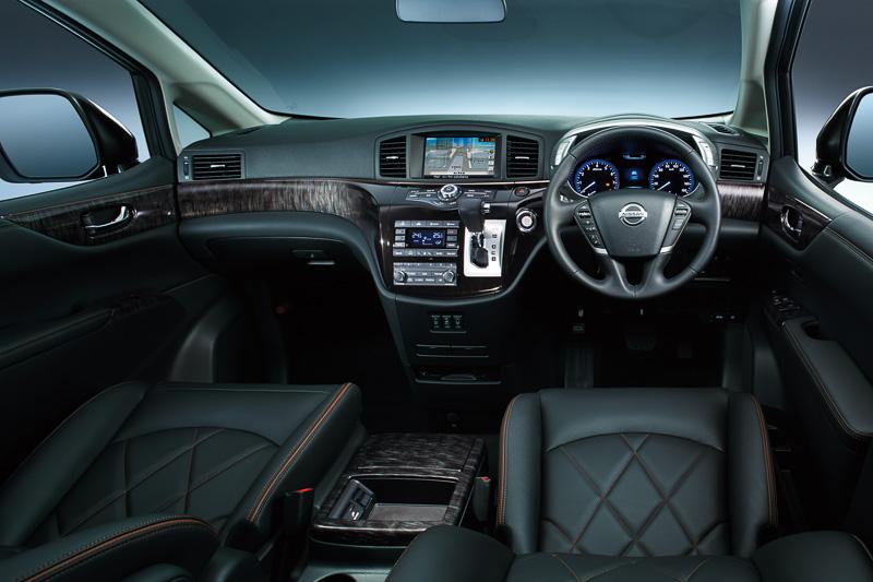 ハイウェイスター プレミアムに設定される「グランドブラックインテリア」では、座面、シートバックのダイヤ型キルティング、アンバーアクセントのスペシャルステッチで高級感を演出。専用木目調パネルにはカラードクロームを周囲にあしらう